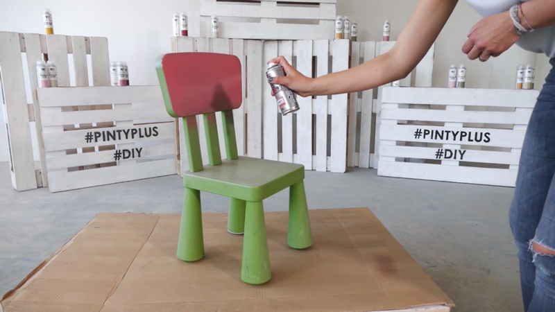 Painting a plastic chair with spray Pintyplus