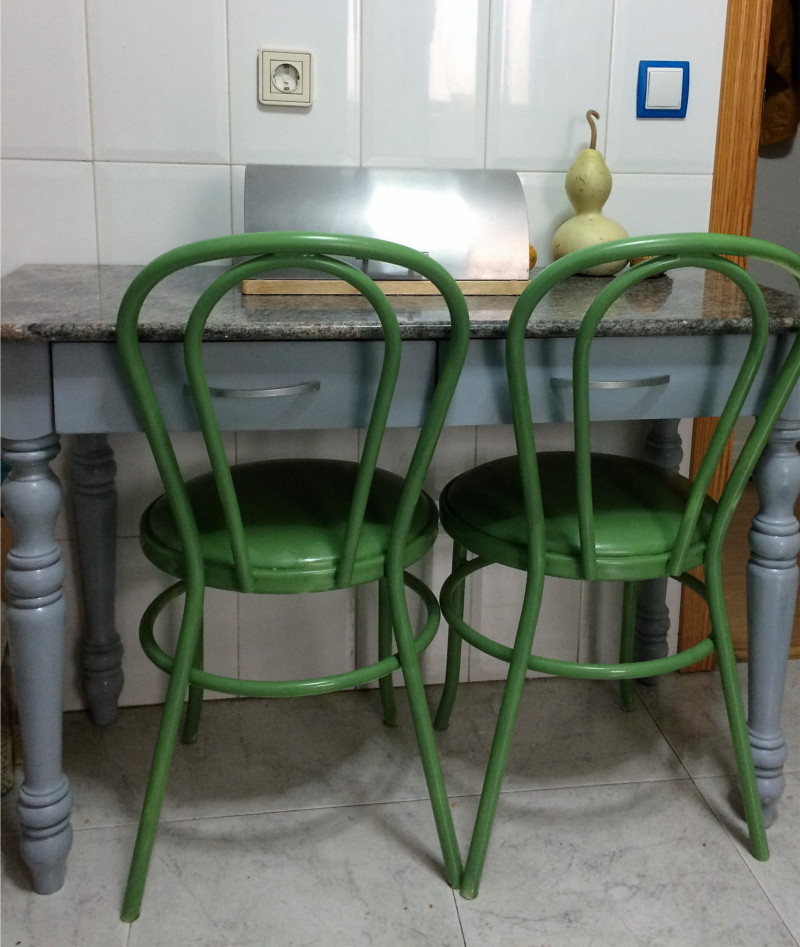 kitchen-table-painted-with-spray-before