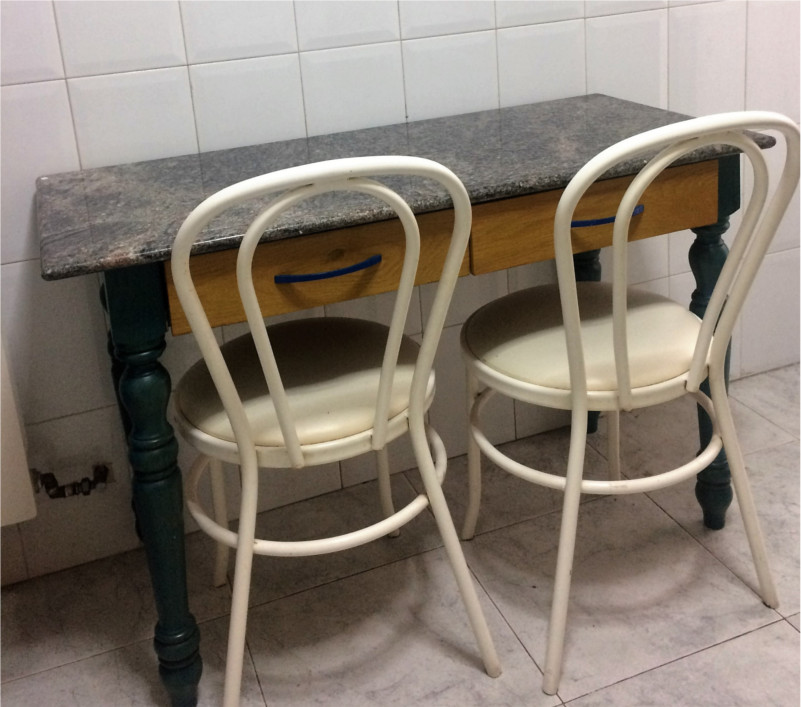 kitchen-table-spray-painted-before